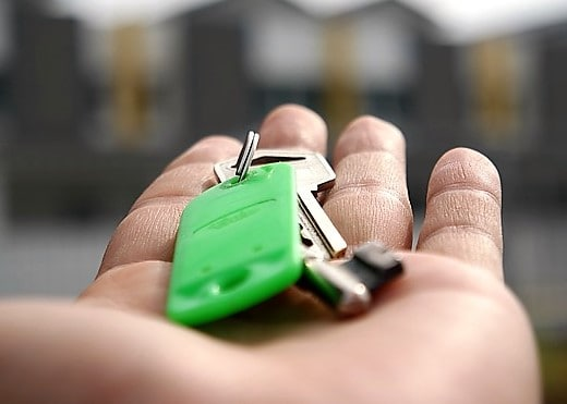 key-home-house-gift-hand